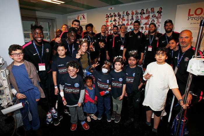Spieler von Paris Saint-Germain mit den Kindern im Krankenhaus - Foto: Paris Saint-Germain